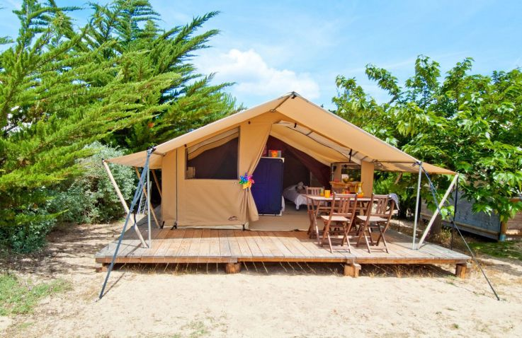 glamping aan zee in frankrijk luxe kamperen aan de kust. Black Bedroom Furniture Sets. Home Design Ideas